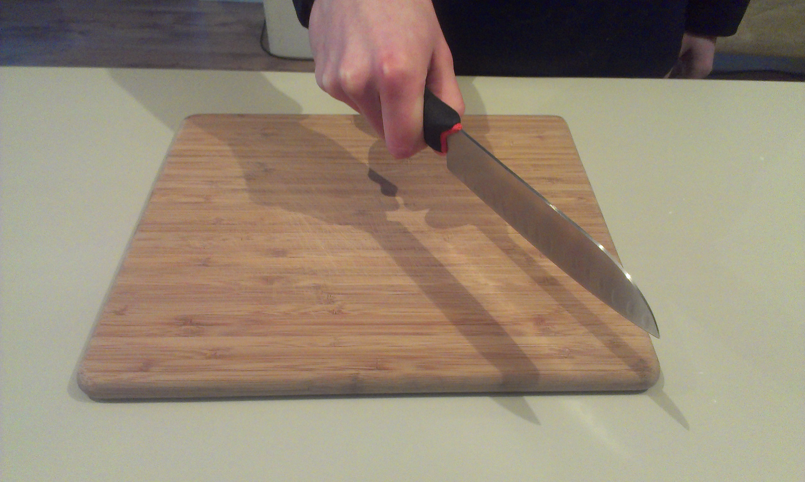 Je moet je mes gewoon goed stevig vast houden. Geen vinger er bovenop leggen.