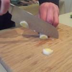 Stap 4: Begin met het snijden van de prei. Let op goed afwikkelen van punt tot einde van het mes.