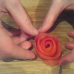 Stap 5: Door de schil op de meest platte kant te zetten, zal deze een beetje los draaien tot een roosje.