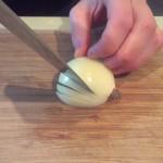 Stap 5: Snij de ui verticaal verschillende keren in. Niet helemaal tot het eind.