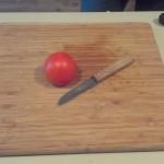 Stap 1: Gebruik een scherp mesje, bijvoorbeeld het molenmes. De tomaat mag niet te rijp zijn.