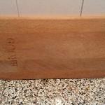 Zo moet je snijplank niet te drogen staan. De nerven van het hout liggen nu verticaal.